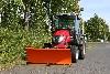 Tym Traktor T353 mit Kabine, Schneeschild und Streuer